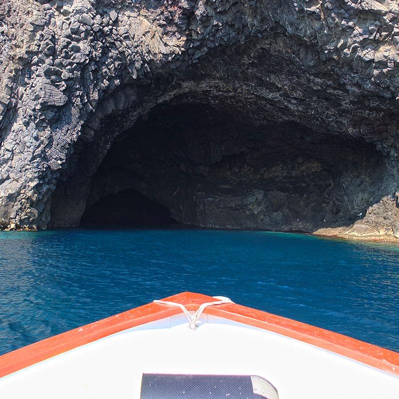 Filicudi dal mare - Grotta del Bue marino