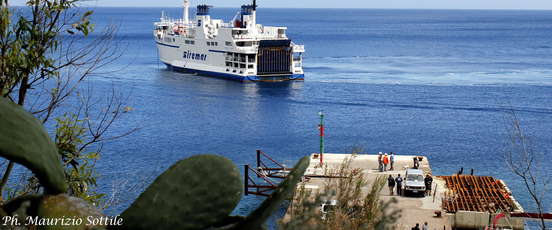Nave Siremar al porto di Filicudi